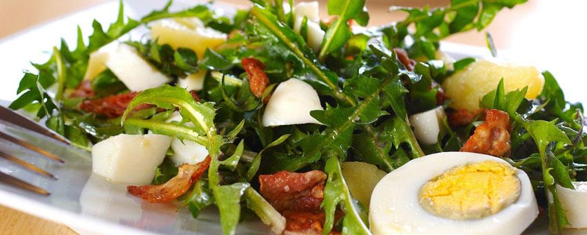 Salade de pissenlit au lard et aux noix